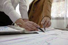 Люди работая в финансах, бухгалтерии, консультациях по бизнесу, уча совете, чековых счетах стоковые фотографии rf