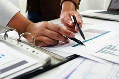 Люди работая в финансах, бухгалтерии, консультациях по бизнесу, уча совете, чековых счетах стоковое фото
