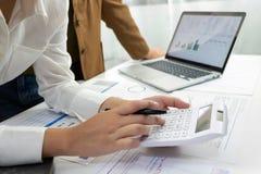 Люди работая в финансах, бухгалтерии, консультациях по бизнесу, уча совете, чековых счетах стоковое изображение