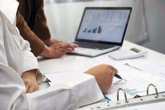 Люди работая в финансах, бухгалтерии, консультациях по бизнесу, уча совете, чековых счетах стоковое фото rf