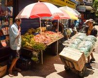 Люди работая на уличном рынке на Рио-де-Жанейро стоковая фотография