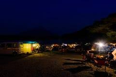 люди располагаясь лагерем на седзи озера Стоковая Фотография