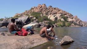 Люди реки Hampi сток-видео
