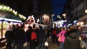 Люди рождественской ярмарки страсбурга идя открывающ город видеоматериал