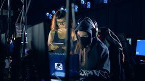 Люди рубят систему, работая с компьютером Злодеяние кибер и рубить концепция сток-видео