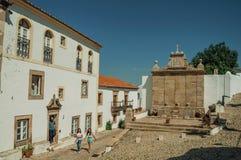 Люди рядом со старыми домами и фонтан в стиле барокко на Marvao стоковые изображения rf