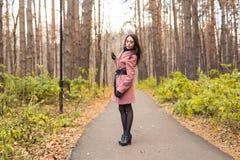Люди, сезон и концепция природы - молодая женщина идя в парк осени стоковые изображения rf