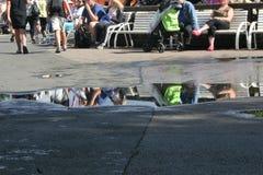 Люди сидят на ожидании стенда стоковое изображение