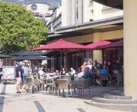 люди сидя вне кафа залы рынка в Фуншале Мадейре в ярком свете стоковое изображение