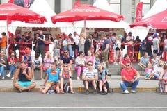 Люди сидя на кафах асфальта и улицы Стоковые Фото