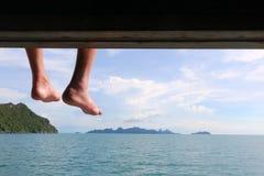 Люди сидя на шлюпке и путешествуя вокруг острова Стоковая Фотография RF