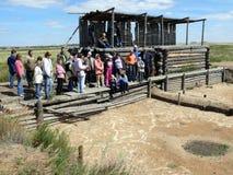 Люди слушают направляющий выступ в месте землероев Стоковое Фото