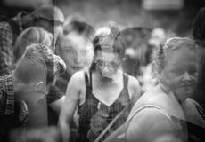 Люди смотрят на отражения окна Стоковые Фото