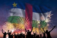 Люди смотрят на фейерверках и флаге центрально-африканского Repu иллюстрация штока