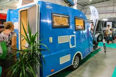 Люди смотря автомобиль в ежегодной выставке жилых фургонов в PA стоковые изображения rf