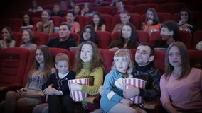 Люди смотря фильм в кино видеоматериал
