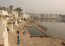 Люди собирают для того чтобы искупать на Ghats стоковое изображение