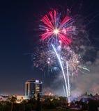Люди собирают для того чтобы наблюдать фейерверки в парке луга открытия в Сан-Хосе Стоковая Фотография