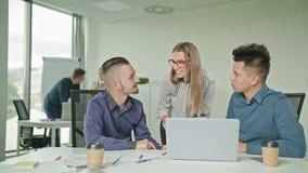 Люди собирают используя компьтер-книжку в современном startup офисе Стоковая Фотография RF