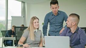 Люди собирают используя компьтер-книжку в современном startup офисе Стоковые Фотографии RF