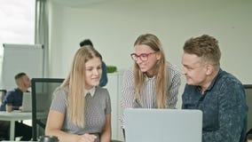 Люди собирают используя компьтер-книжку в современном startup офисе Стоковые Изображения