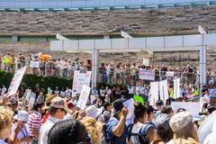 Люди собранные перед здание муниципалитетом Сан-Хосе для семей ` принадлежат совместно ралли ` стоковые фотографии rf