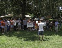Люди собраны для того чтобы опротестовать задержание и обработку для immagrant детей стоковая фотография rf