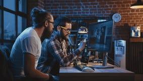 Люди создавая шарж на компьютере Стоковые Изображения