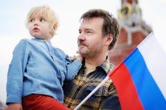 Люди среднего возраста и его маленький сын с русским флагом Стоковая Фотография RF