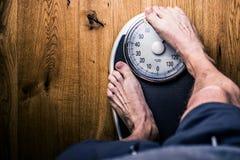Люди стоя дальше весят масштабы на спортзале Измерение талии рулеткой concept healthy lifestyle стоковое фото rf