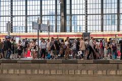 Люди стоя на платформе и ждать statio поезда S-Bahn Стоковое фото RF