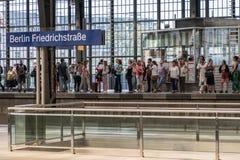 Люди стоя на платформе и ждать statio поезда S-Bahn Стоковые Изображения RF