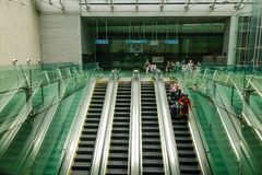 Люди стоя на эскалаторах стоковая фотография