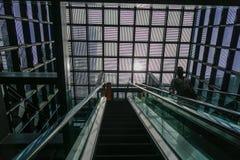 Люди стоя на эскалаторе стоковые фотографии rf