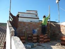 Люди строя террасу на крыше стоковые изображения rf