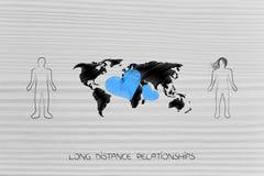 Люди с картой мира и lovehearts между ими Стоковое Изображение