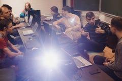 Люди с компьтер-книжками связывая в классе Стоковые Фото