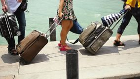Люди с рюкзаком и багажом нося приезжая пристань, замедленное движение 1920x1080, конец вверх чемоданов Каникулы сток-видео
