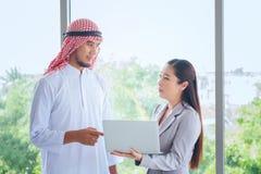 Люди с таблеткой цифров в офисе, люди m бизнесмена арабские Стоковое Изображение RF