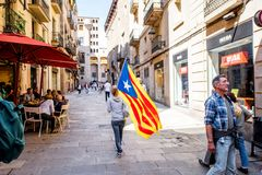 Люди с Catalonian флагом в Барселоне Стоковая Фотография