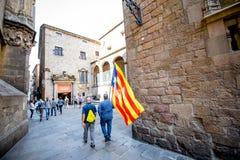 Люди с Catalonian флагом в Барселоне Стоковые Изображения