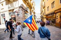 Люди с Catalonian флагом в Барселоне Стоковая Фотография RF