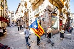 Люди с Catalonian флагом в Барселоне Стоковое Изображение