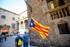 Люди с Catalonian флагом в Барселоне Стоковые Изображения RF