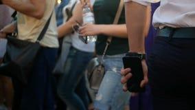 Люди толпятся идя фестиваль сток-видео
