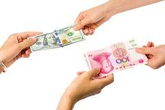 Люди торгуя в китайских изолированных юанях и американских долларах Стоковое Изображение