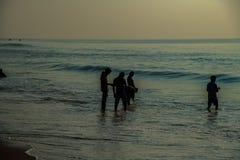 Люди удя на обоях ландшафтов волн воды пляжа голубых стоковая фотография rf