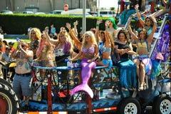 Люди участвуют в 36-ом ежегодном параде русалки в острове кролика стоковые фотографии rf