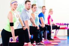Люди фитнеса в разработке спортзала - гантели стоковая фотография rf