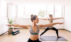 Люди фитнеса делая йогу в медицинском центре Стоковое фото RF